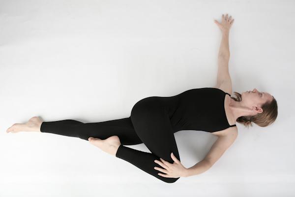 Jataraparavartanasana yoga